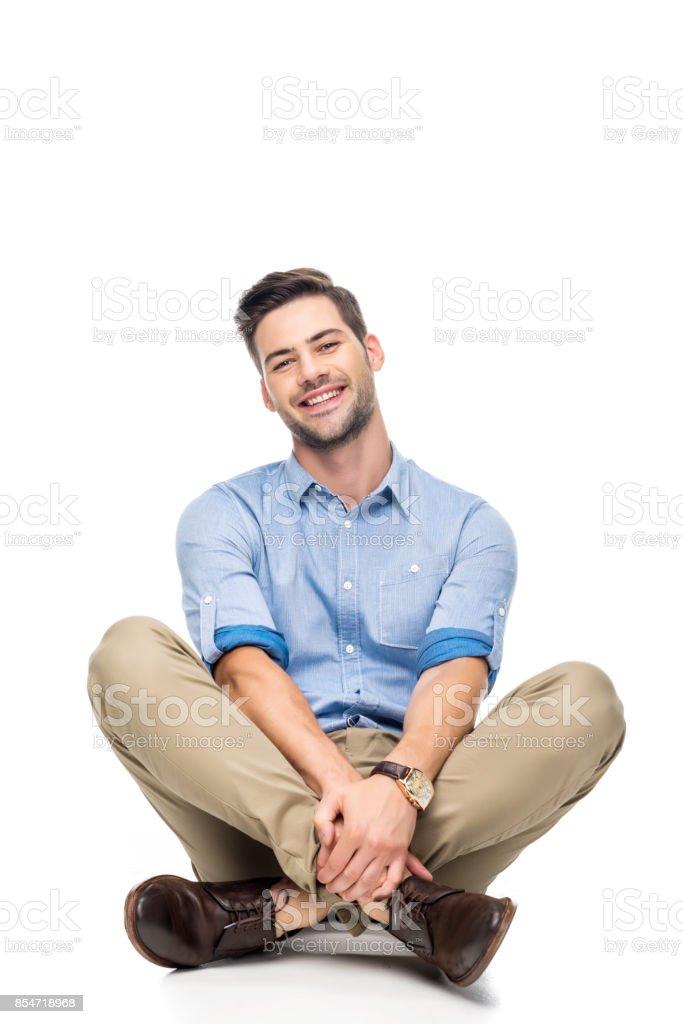 jeune homme assis sur le plancher - Photo
