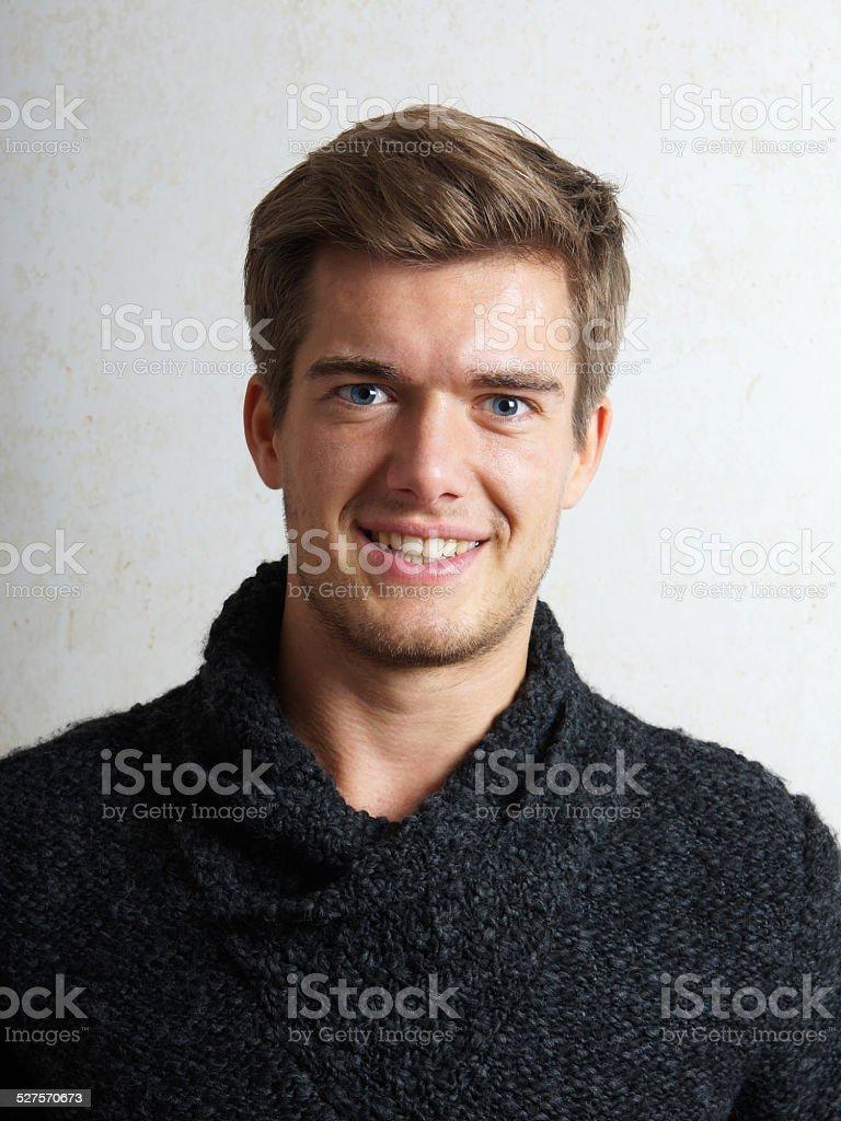Junger Mann Lächeln – Foto