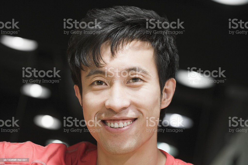 Young man smiling, portrait, close-up (focus on foreground) foto de stock royalty-free