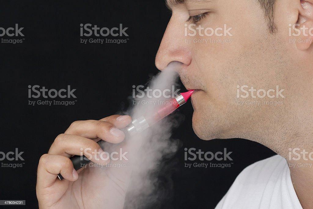 Joven fumar un cigarrillo electrónico - Foto de stock de A cuadros libre de derechos