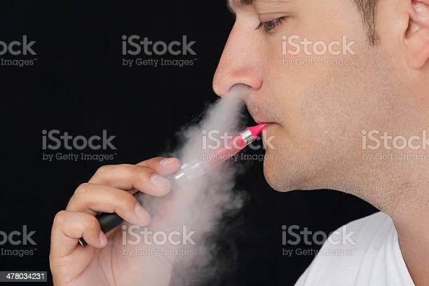 Joven Fumar Un Cigarrillo Electrónico Foto de stock y más banco de imágenes de A cuadros