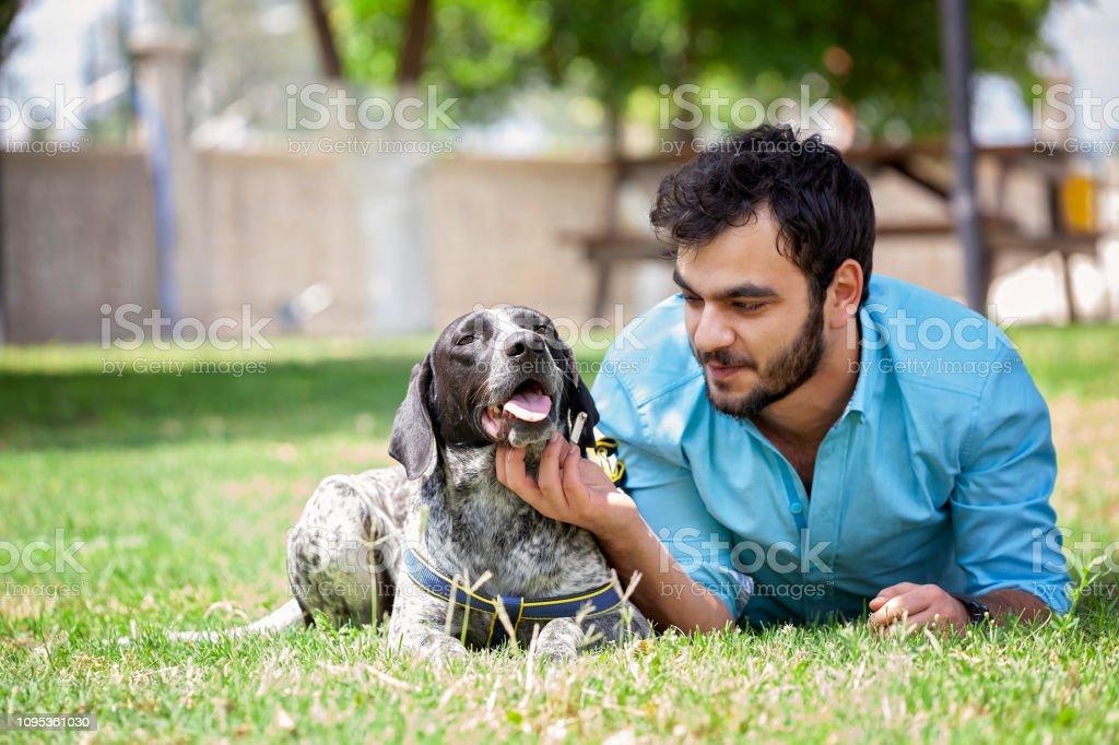 Açık havada avcı köpeğiyle vakit genç adam. stok fotoğrafı