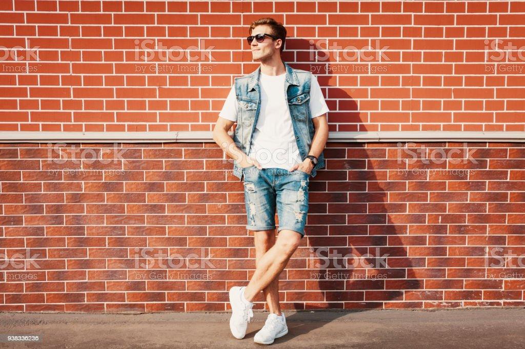 94074e04b4cf78 Junge Mann Stand Gegen Eine Mauer Stock-Fotografie und mehr Bilder ...