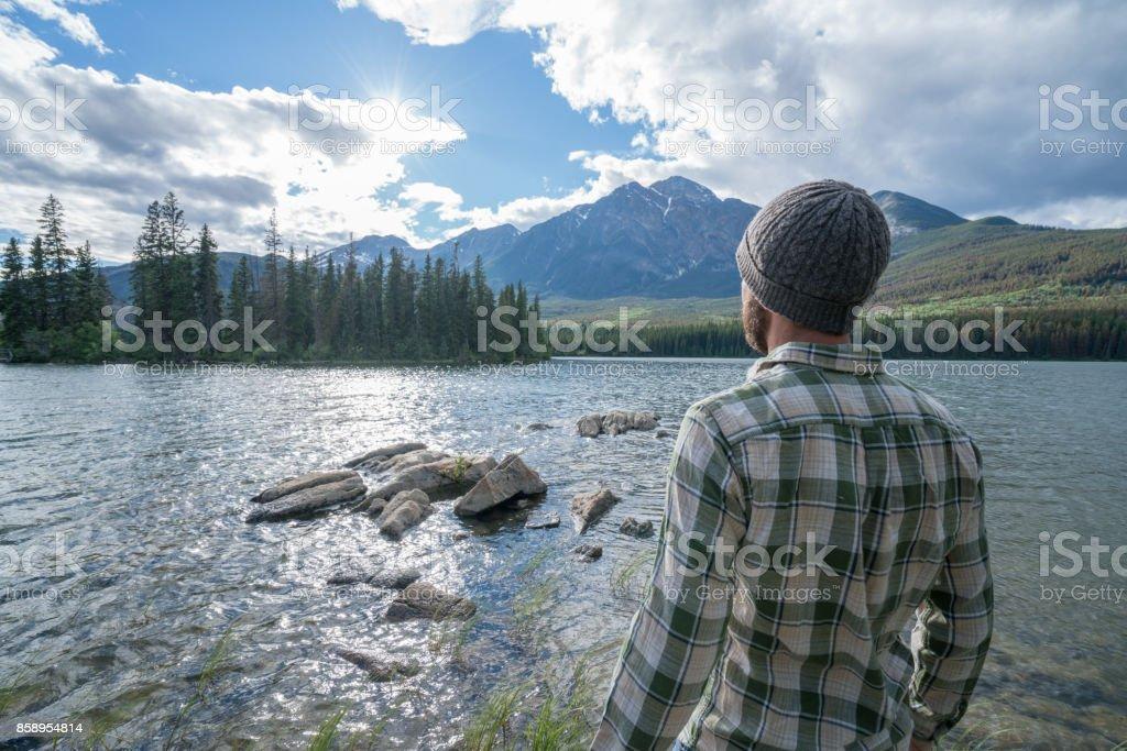 Junge Mann stand am See, Blick auf die Bergwelt – Foto
