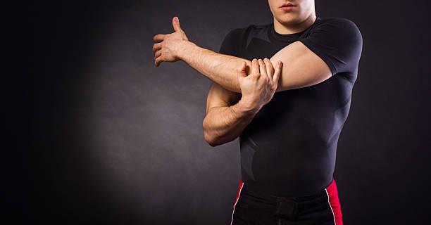 muskuläre junger mann stretching - schmale schulter stock-fotos und bilder