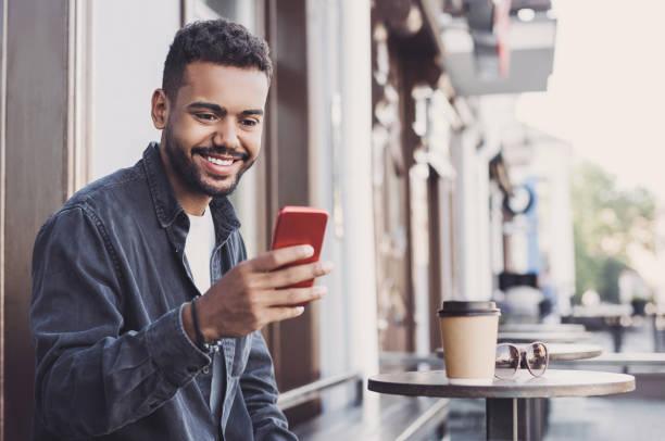Junger Mann Student mit Smartphone in einer Stadt – Foto