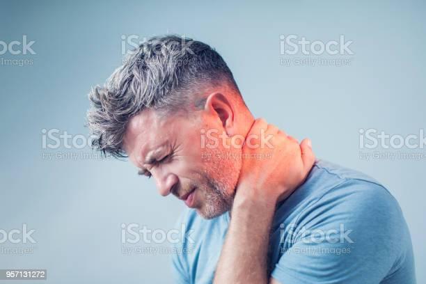 Junge Mann Leidet Unter Nackenschmerzen Kopfschmerzen Schmerzen Stockfoto und mehr Bilder von Büro