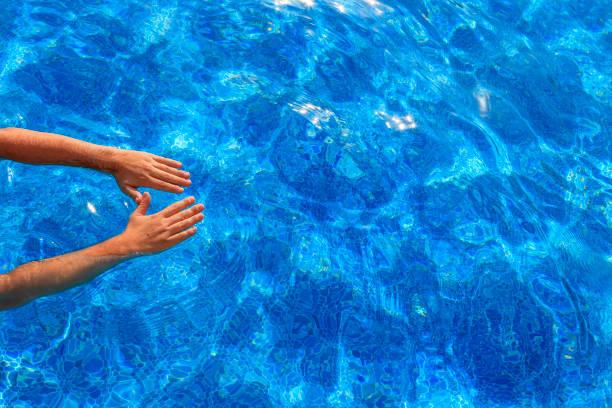 hombre joven en una piscina de natación - vuelta completa fotografías e imágenes de stock