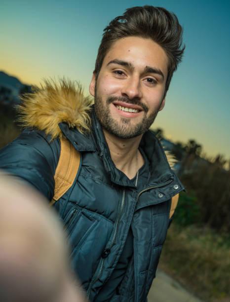 Junger Mann nimmt ein Selfie – Foto