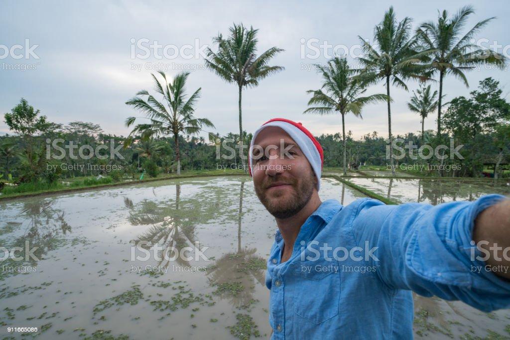 Joven Tomando Selfie De Vacaciones De Navidad En La Terraza