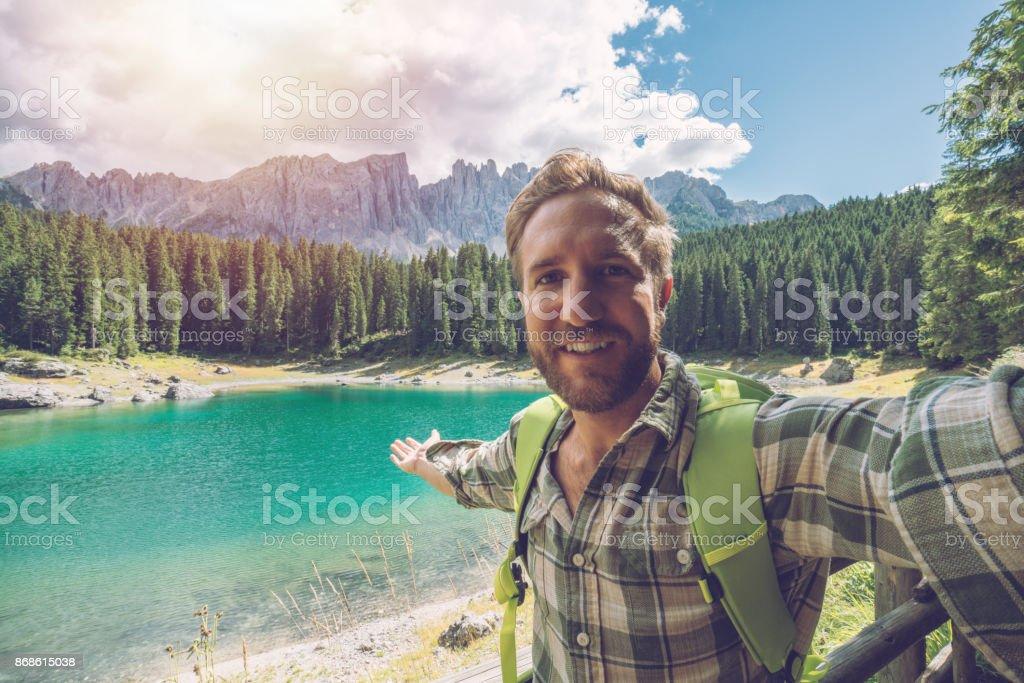 Junger Mann unter Selfie am Karersee, Italien – Foto