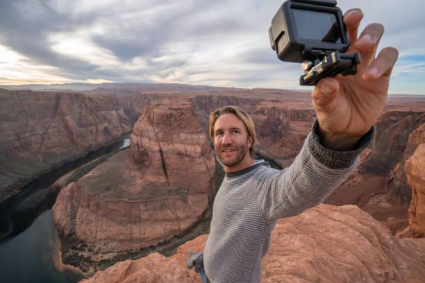 Junger Mann macht Selfie mit Action-Kamera in der Hufeisenkurve in Arizona, USA – Foto