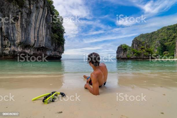Ung Man Traveler Avkopplande Ligga Ner I Tropisk Strand På Koh Hong Islands I Andaman Havet På Krabi Nära Phuket Södra Thailand-foton och fler bilder på Avkoppling