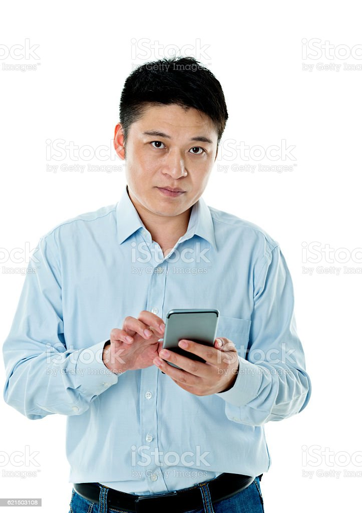 Young man typing text message on cell phone foto stock royalty-free