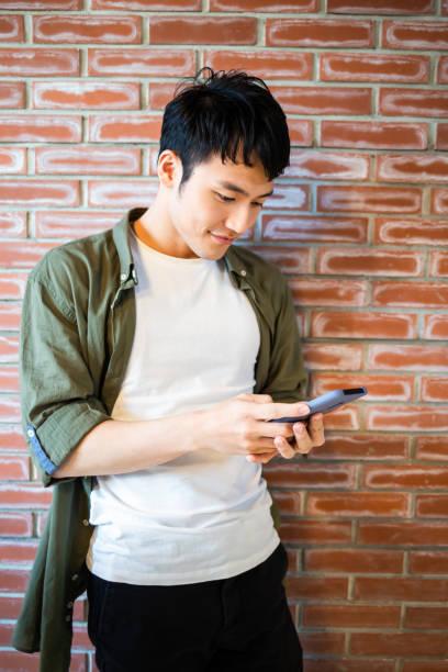 junger Mann verwenden 5g Smartphone – Foto