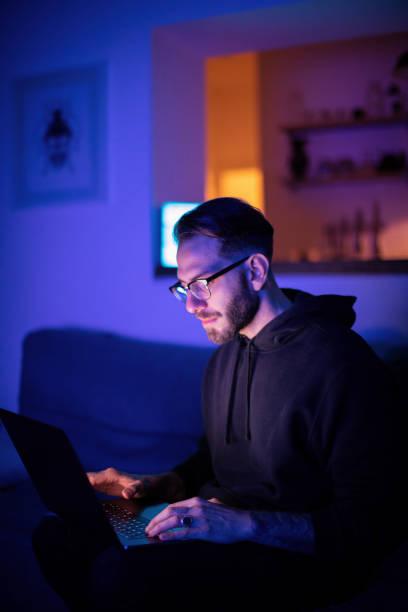 Junger Mann mit Laptop zu Hause – Foto