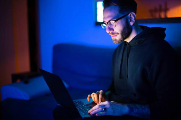 Junger Mann nutzt Laptop zu Hause – Foto