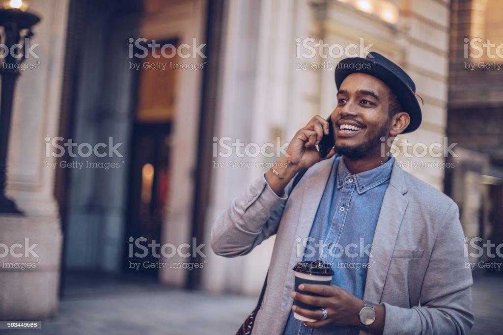 Akıllı telefon kullanan genç adam - Royalty-free Adamlar Stok görsel
