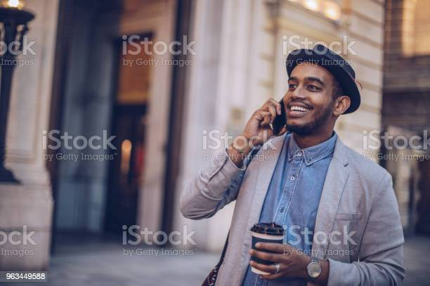 Akıllı Telefon Kullanan Genç Adam Stok Fotoğraflar & Adamlar'nin Daha Fazla Resimleri
