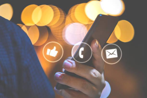 Junger Mann mit Smartphone, Social Media Konzept – Foto