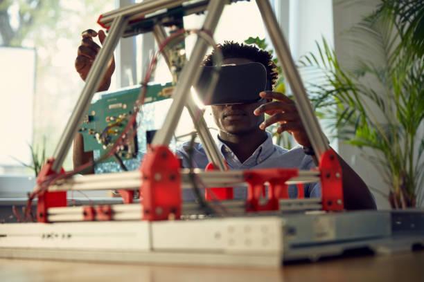 junger mann mit virtual-reality-brille. arbeiten am gerätehabyp - prototype stock-fotos und bilder
