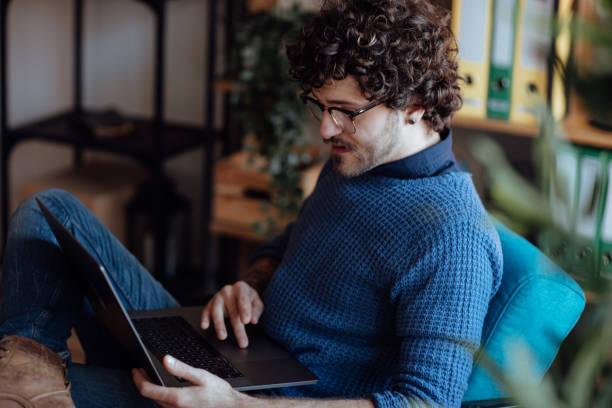 Junge Mann Video-Chats mit seinem Laptop – Foto