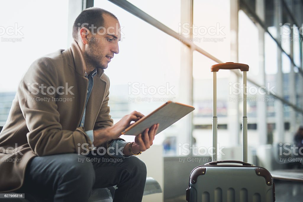 Young man waiting for flight – Foto