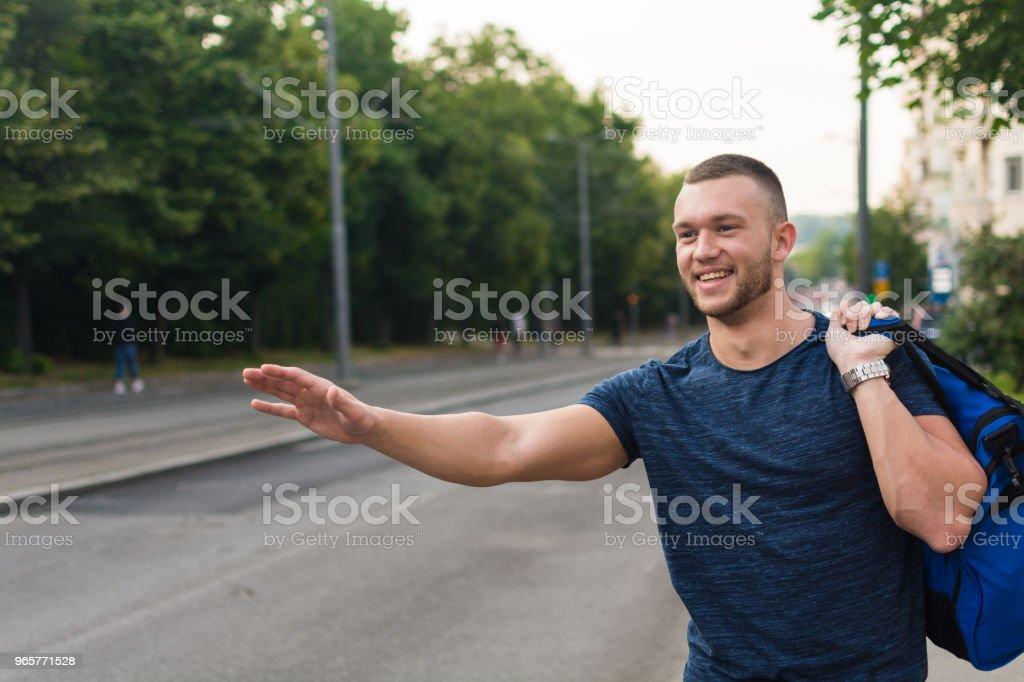 Jonge man te wachten voor een taxi op straat - Royalty-free 20-29 jaar Stockfoto