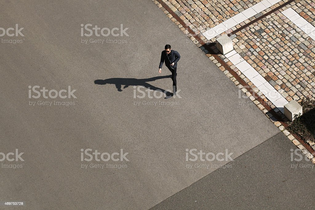 Jeune homme marchant à l'avance dans une belle journée ensoleillée - Photo