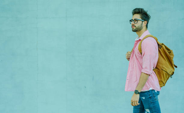 Junger Mann spaziert in der Stadt – Foto