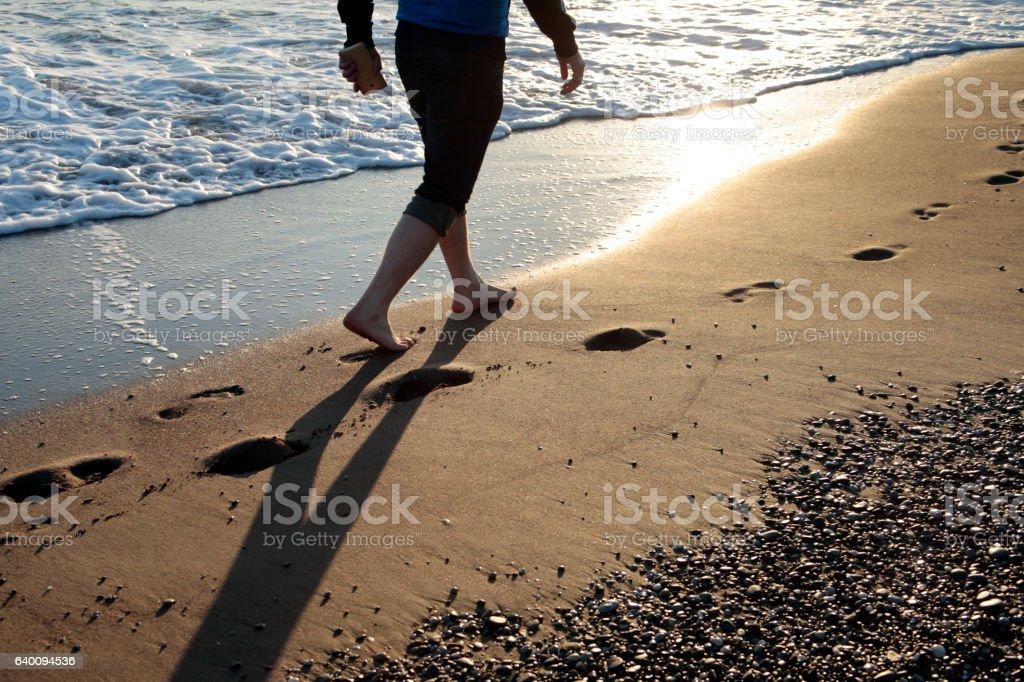 Junger Mann zu Fuß auf den Strand – Foto