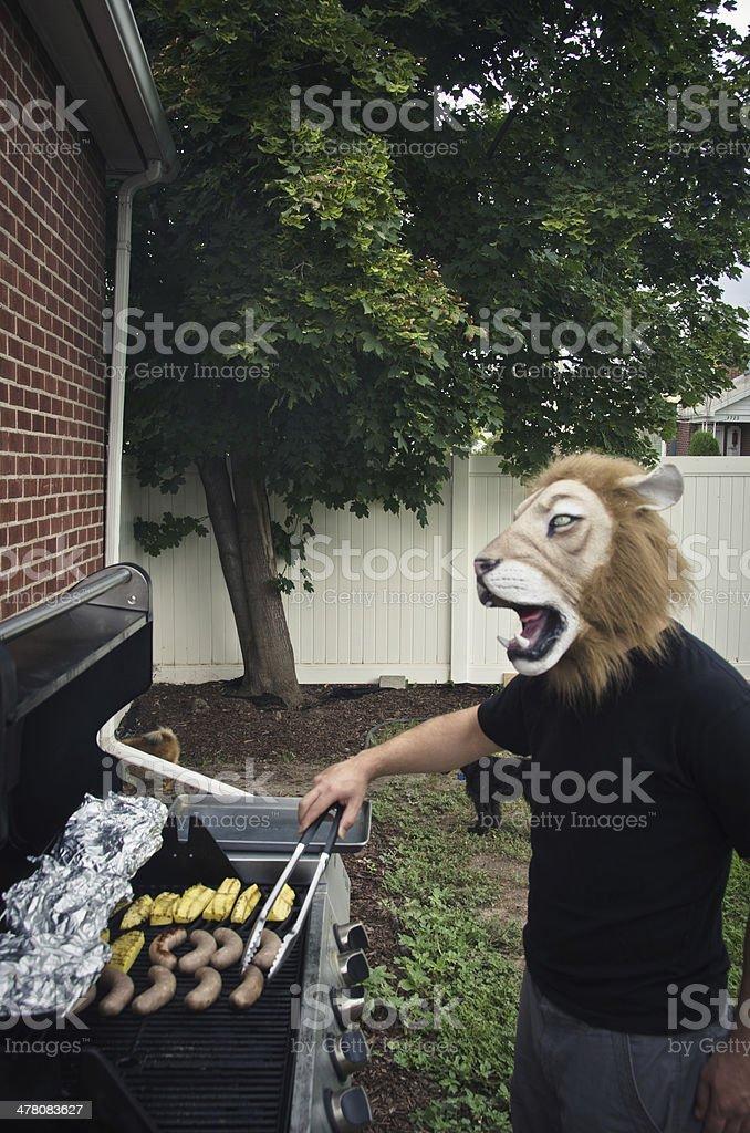 Jeune homme portant un masque de lion en caoutchouc - Photo
