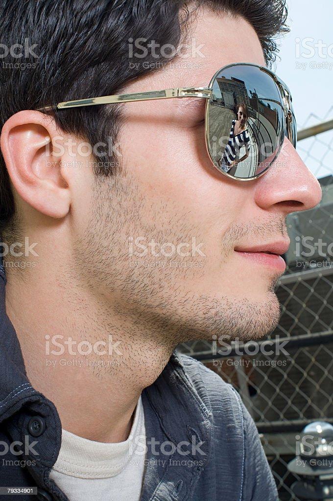 を着ている若い男性のサングラス ロイヤリティフリーストックフォト