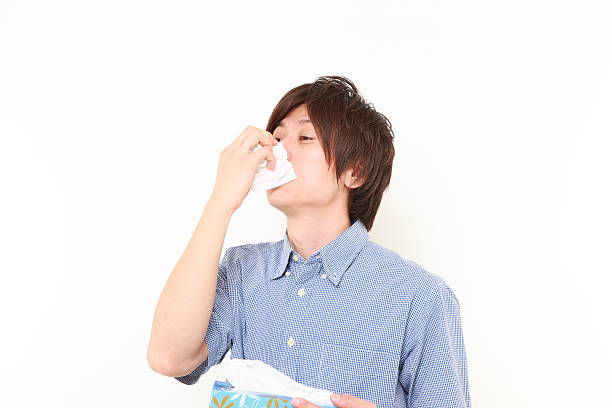 若い男性、アレルギー組織にくしゃみ - くしゃみ 日本人 ストックフォトと画像