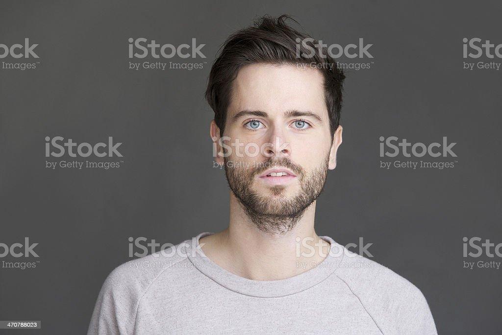Jovem, com barba, olhando para a câmera - Foto de stock de 20 Anos royalty-free