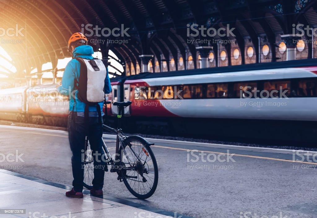 Hombre joven con la bicicleta a un transporte público. - Foto de stock de 25-29 años libre de derechos