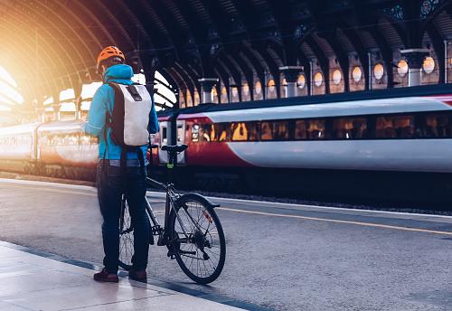 Hombre Joven Con La Bicicleta A Un Transporte Público Foto de stock y más banco de imágenes de 25-29 años