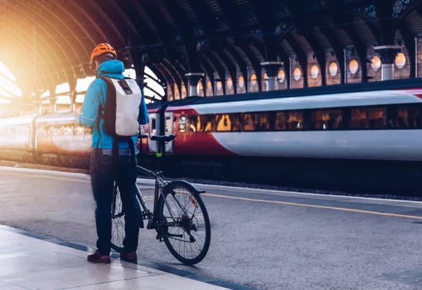 jonge man met fiets op een openbaar vervoer. - forens stockfoto's en -beelden