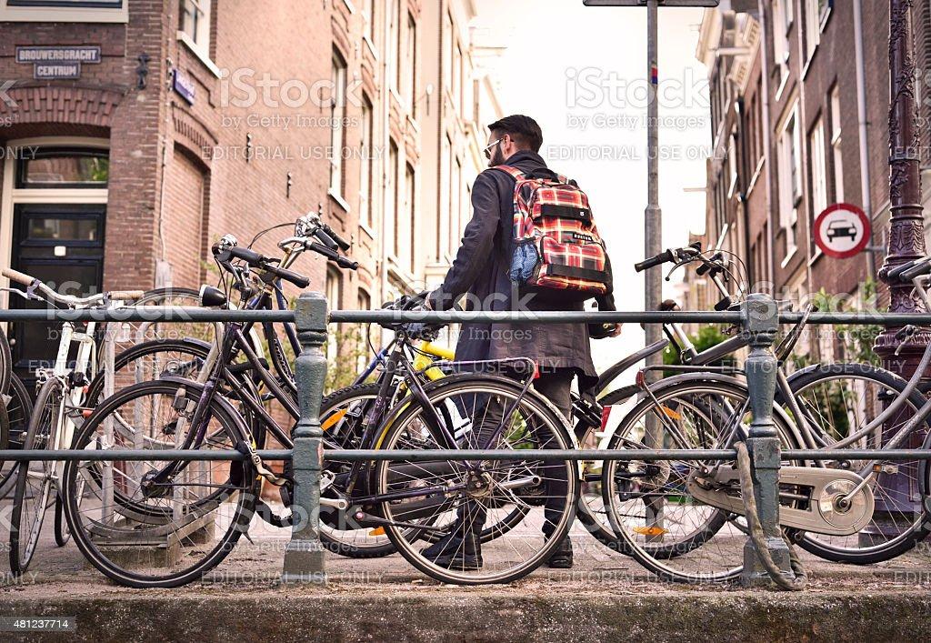 Jovem com bicicleta - foto de acervo