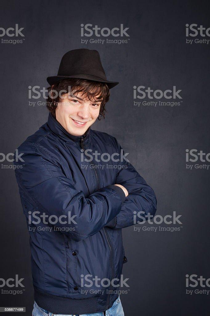32c2530c348c2 Photo libre de droit de Jeune Homme Avec Chapeau Noir Sur Fond Gris ...