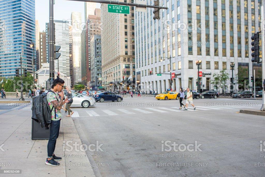 Jeune homme avec le centre de style de la rue cool Chicago - Photo