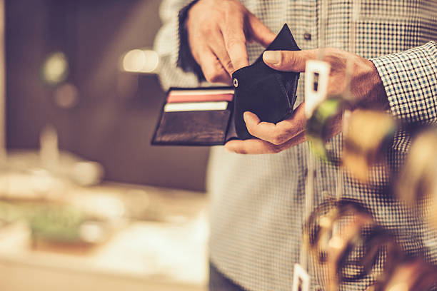 young man with credit cards - portefeuille photos et images de collection