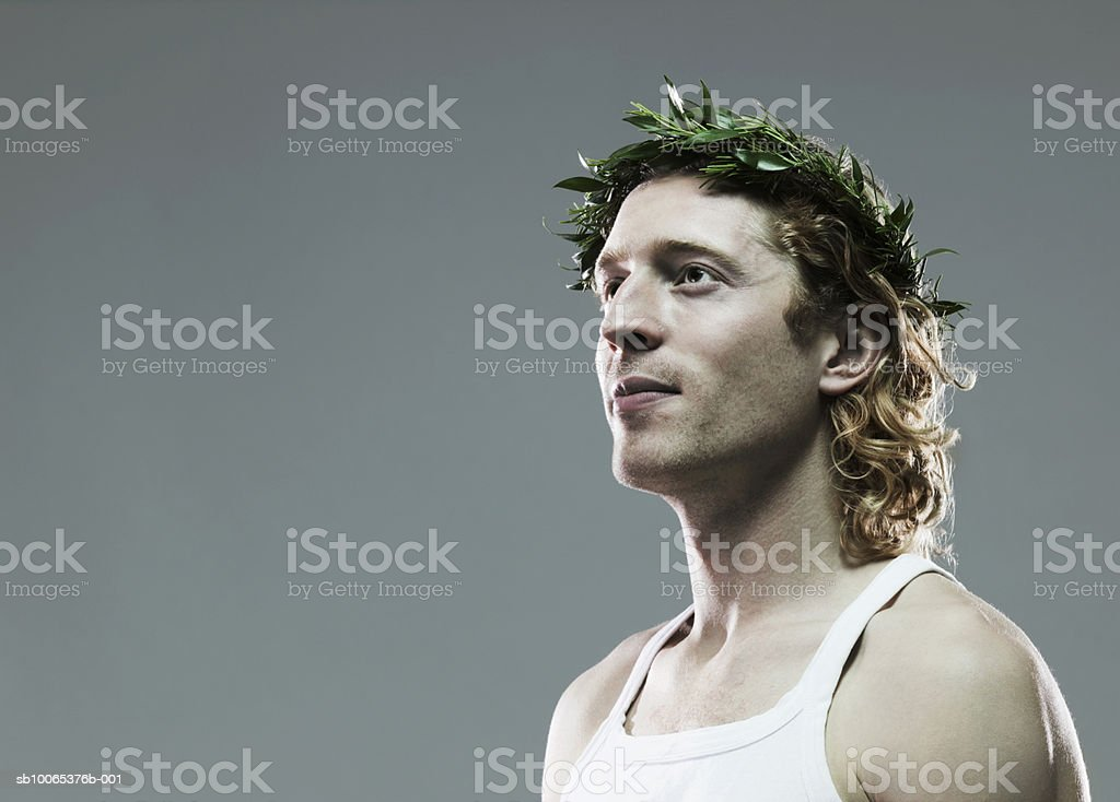 Young man with crown of leaves on head, close-up foto de stock royalty-free