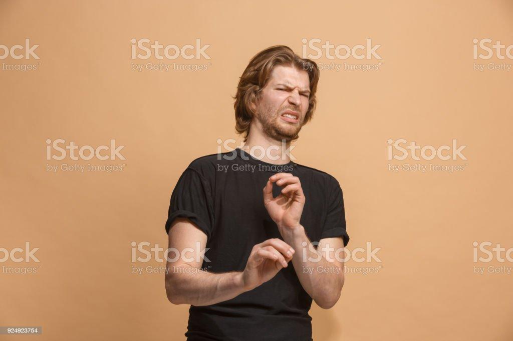 Junger Mann mit angewidert Ausdruck repulsing etwas isoliert auf das Pastell – Foto