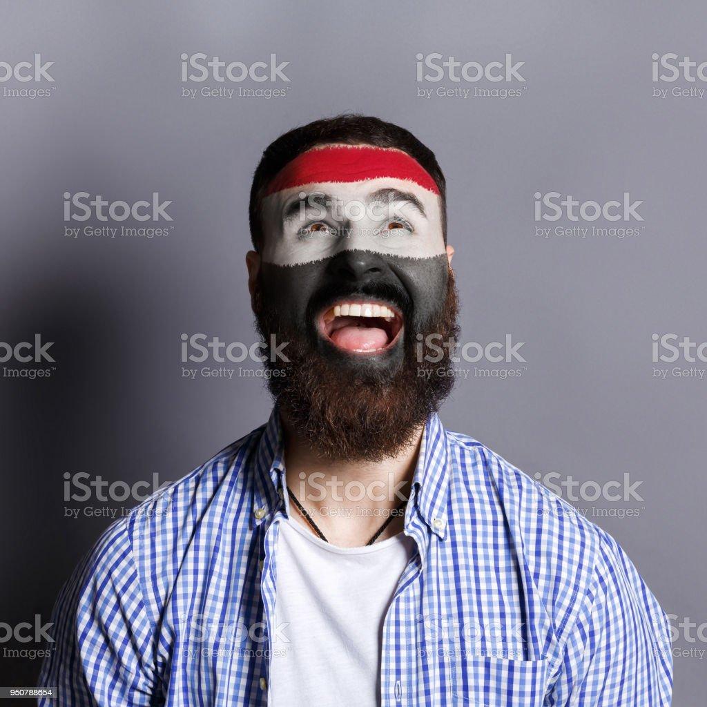Hombre joven con la bandera de Egipto, pintado en su cara - foto de stock