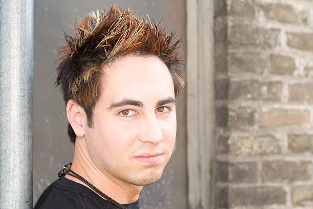 giovane uomo con capelli alla moda è deceduto e appuntito - capelli ossigenati foto e immagini stock