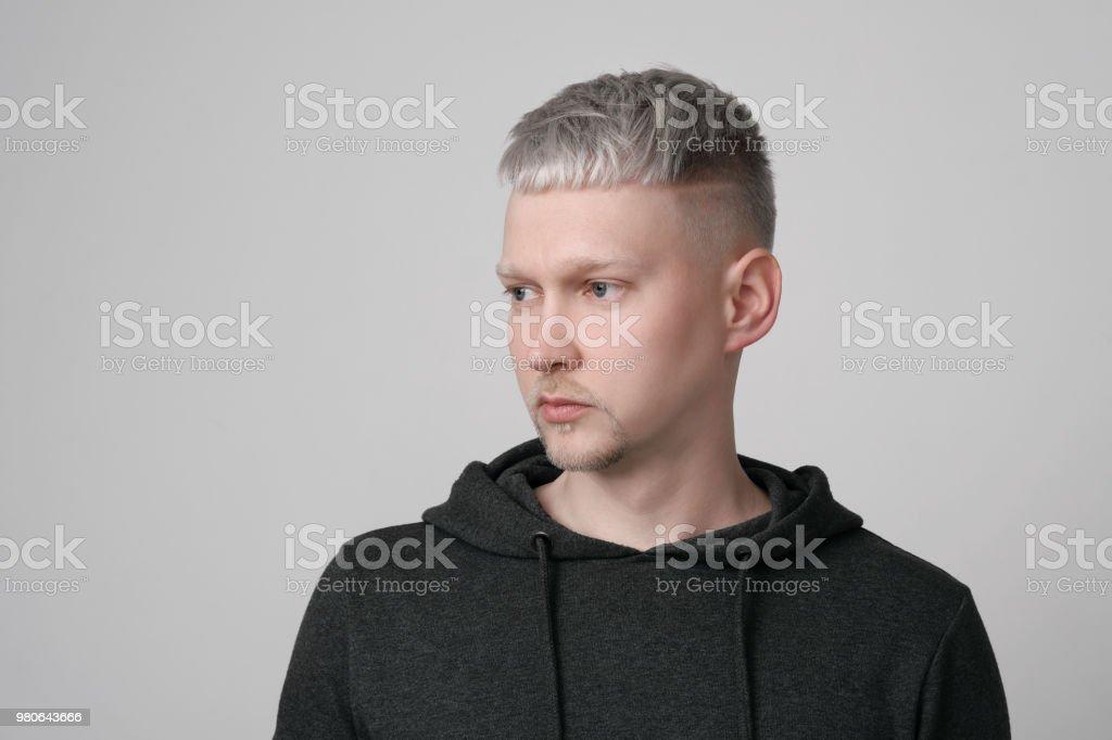 Cheveux gris sur jeune