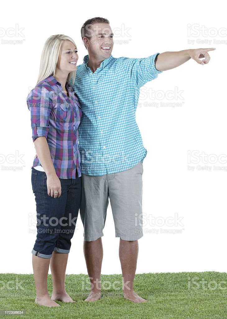 Hombre joven con su novia y apuntando hacia afuera foto de stock libre de derechos
