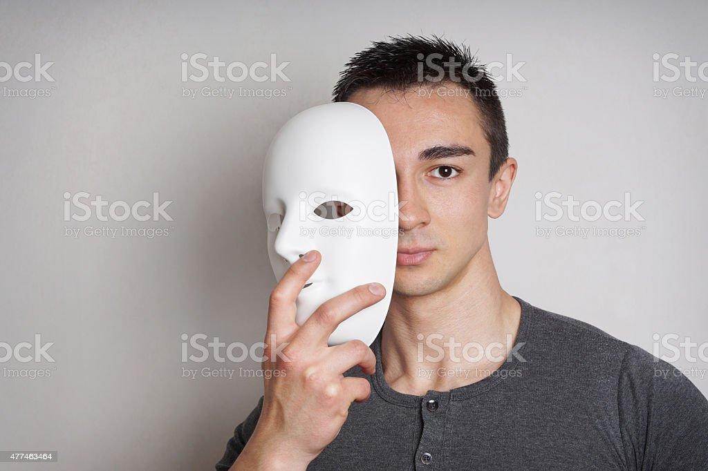 Junger Mann mit Maske – Foto