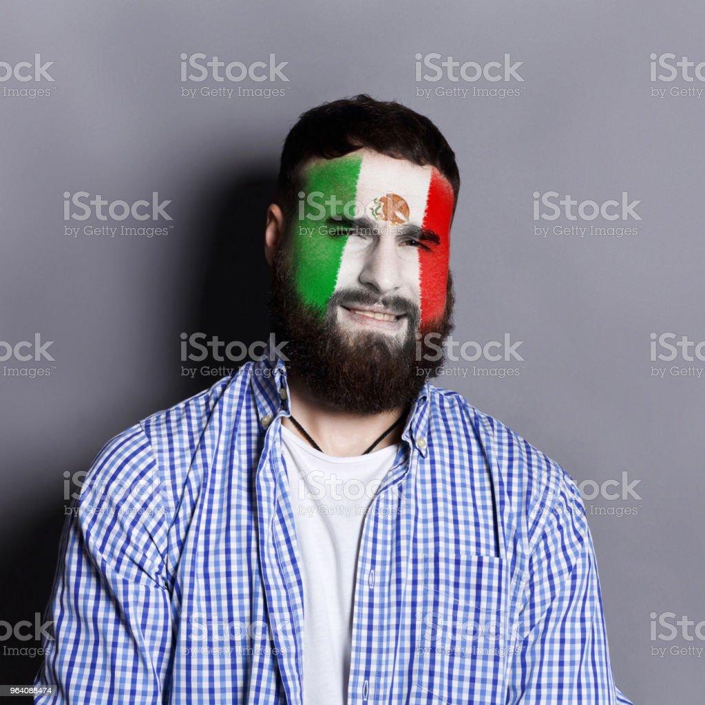 Mexica フラグを持つ若い男が彼の顔に描かれました。 - あごヒゲのロイヤリティフリーストックフォト